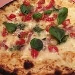 ピッツェリア・サバティーニ - モッツァレラとプチトマト、バジル、サラミのピッツァ プリンチペッサ