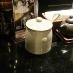 九州 熱中屋 - この壺は食べるラー油が入っています 2016.4