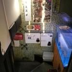 九州 熱中屋 - 階段を降ります 2016.4