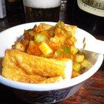 まん福亭 - お通しの厚揚げに胡瓜とミョウガとナスを刻んだラー油ダレ