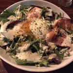 Italianバル HOME笹塚 - 半熟タマゴとサーモンのサラダパスタです