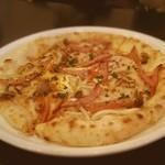 本日のピザ:ソーセージとキノコと半熟卵のピザ♡