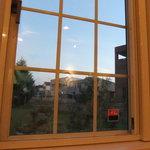4986254 - 窓から芝生の庭を望む