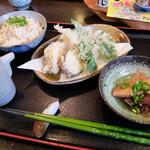 本格手打うどん あらた - 201604 定食の炊き込みご飯と小鉢。+200円の天ぷら盛り合わせ