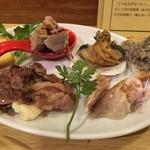 ノゲ ウエスト エンド - 二つ目の皿~ハッカクの効いた叉焼、香ばしい和牛とマッシュポテト、一羽鳥のハム、横浜ビールのクリオロエールで洗ったスペシャル・ウォッシュチーズなど