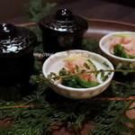 海鮮個室居酒屋 魚久 - お通しと前菜のカニとウニの茶碗蒸しと蟹の酢の物