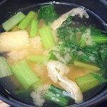 とんかつ 田 - とんかつ 田 西葛西店 ランチ定食に付く味噌汁 本日は揚げとほうれん草