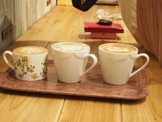 フランフランカフェ - カップが1つだけ違う?!(・◇・;) ??なぜ