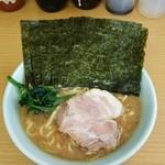 栄家 - 料理写真:ラーメン680円麺硬め。海苔増し100円。