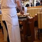 ピッツェリア マリノ - 調理人がやってきてチーズをパスタに絡めています