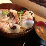 魚て津 - 味噌汁が付きます。