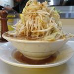 らーめん大 - 野菜増しの量 スープが受け皿にあふれてます。