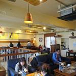 EMPORIO cafe&dining - 2F は中央部が吹き抜け