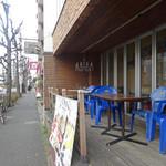 EMPORIO cafe&dining - シャンデリアが下がるテラス