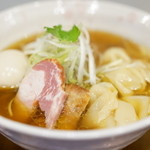 チラナイサクラ - 料理写真:2016.4 旨味凝縮 ワンタン麺(900円)+旨玉(100円)