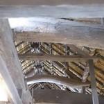 49879691 - 木造の梁と藁葺き(わらぶき)の屋根裏
