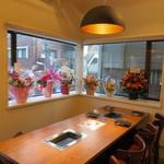 好ちゃん - 天井が高く窓が大きく居心地のいいカフェのような雰囲気2