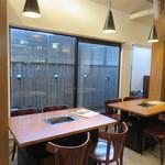 好ちゃん - 天井が高く窓が大きく居心地のいいカフェのような雰囲気3