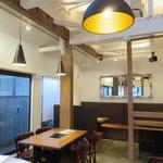 好ちゃん - 天井が高く窓が大きく居心地のいいカフェのような雰囲気4