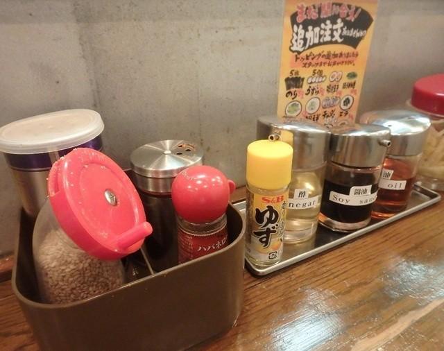 ラーメン 鶴見家 六本木店 - 豊富な調味料。