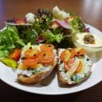 ユカフェ - 鱈のブランダードと菜の花、プチトマトの彩りオープンサンド