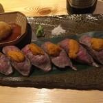 49897439 - 黒毛和牛の炙り肉寿司(雲丹のせ)