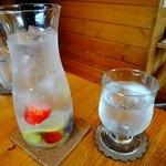ラ・カシェット 花花 - お水にレモンやベリーが^^