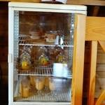 ラ・カシェット 花花 - デザートなどが入った冷蔵庫