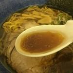 らーめん初代 - 醤油のスープ