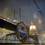 49906389 - 棚に並ぶビアグラスとヒューガルデンのミラーが印象的。