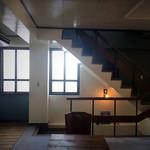 ビア カフェ ブラボー - 2階テーブル席②       階段の吹き抜け具合と、奥に見える木製サッシのバランスが秀逸。