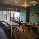 ビア カフェ ブラボー - 2階テーブル席①       壁のブルーグリーンのセンスが秀逸。       ヴィンテージ感のある床と家具もまた素敵。
