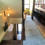 ビア カフェ ブラボー - 床材の木とコンクリートの切り替えが、廊下と客席部分を切り替えているようで好感を抱くデザインでした。