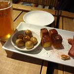 旅カフェ GIFT - デイ オブ ザ デッド ヘーフェヴァイツェンと燻製盛り合わせです