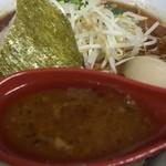 49908581 - 黒とんこつラーメンのスープ