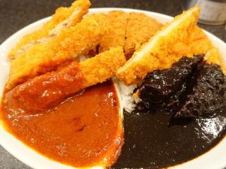 スパイシーマサラ - 赤カレー&黒カレー ジャンボチキンカツ、牛肉コロッケとっぴ