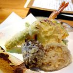 土山人 - 天ぷら!おいしいですがネオン電飾のせいでちょっと青みがかってます… f^_^;)