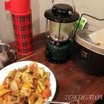 野菜を食べるカレーcamp - 2016 2016 一日分の野菜カレーに手羽 と水筒に入ったお水