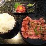 49921456 - さくらユッケ 680円(外税)、味わい焼肉三昧 タレ 1,000円、海苔無し かため大ライス280円。