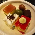 49921457 - サラダ、フルーツ、デザート バー 580円(税別)。