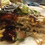 広島風お好み焼き ひなちゃん - ソース、マヨをかけて