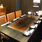 かしみん焼き はこ - 2階はゆっくりくつろげるテーブル席