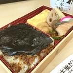 日本橋だし場 - だし屋さんの海苔弁。玉子焼きが立派。