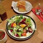 Bon. - ランチのサラダ、パン、スープ。