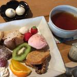 モノイレ カフェ - ★★★☆ 今日のおやつプレート・ドリンクセット♪ フルーツ、ジェラートや焼き菓子の盛り合わせ