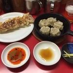 49947158 - 焼き餃子と焼き焼売と、ビールのセット(´・_・`)