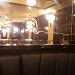 cafeグラス - 奥の席から鏡越しに撮影