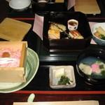 49950459 - 桜ご飯。梅酢で色づけ白魚が乗っています。                       蛤のお吸い物                       漬物のわさび菜美味しかった。