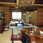 芳熊庵 くまそば - 店内風景。座敷はこの約2倍の広さがある。山の上にあるので、奥の窓からは吉野の町が一望出来る。