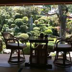 芳熊庵 くまそば - 縁側席と和風庭園。戸が全開され心地よい風が座敷を吹き抜けていた。